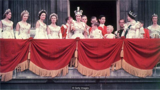 Em sua coroação, a rainha esbanjou pujança