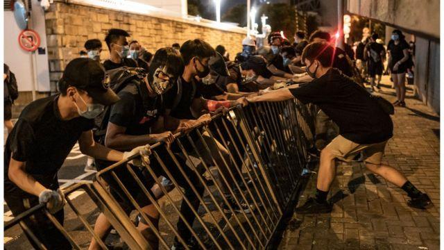 青年戴上口罩的目的是避免警方追究责任,但这种做法受到建制派人士批评。