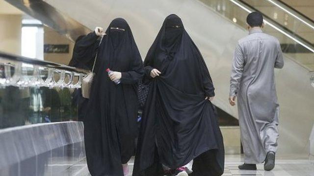 نساء يتجولن في مركز للتسوق في العاصمة السعودية الرياض