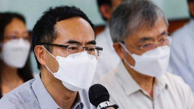 香港教協會長馮偉華(左)在宣佈解散教協的新聞發佈會上(10/8/2021)