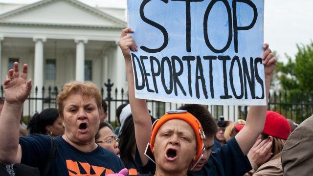 Manifestantes contra la deportación