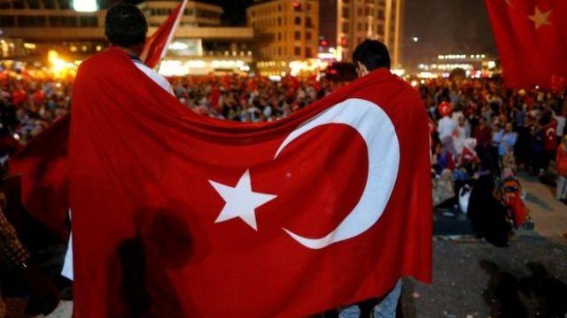 Defensores del presidente de Turquía, Recep Tayyip Erdogan, durante una manifestación este lunes, en Estambul.