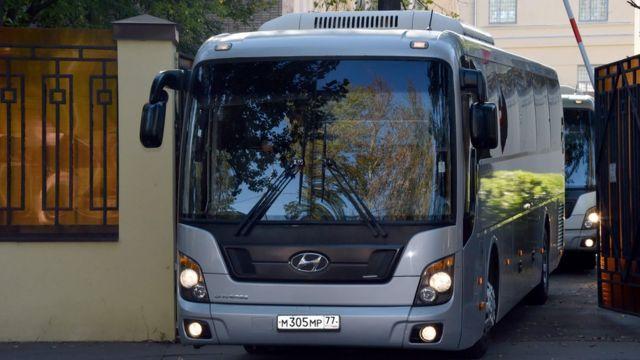 автобус выезжает из ворот