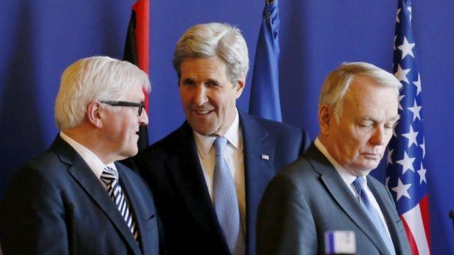 ケリー長官(写真中央)はシリア和平協議の再開を前に主要国の外相と会談した(13日、パリ)