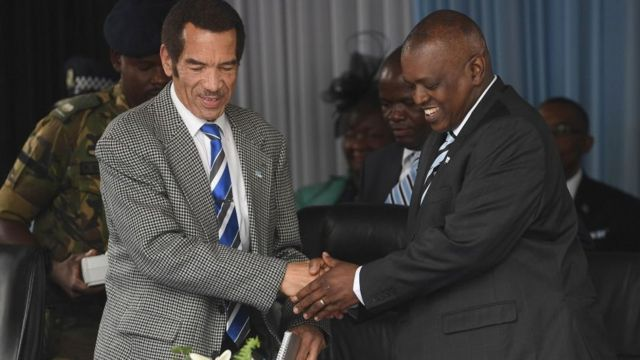Le nouveau président du Botswana Mokgweetsi Masisi et l'ancien président Seretse Ian Khama à Serowe.