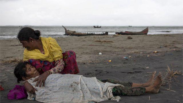 หญิงชาวโรฮิงญาพยายามปลอบเพื่อนร่วมทางบนชายหาดบังคลาเทศ หลังเรือไม้ที่ใช้หนีมาจากเมียนมาคว่ำก่อนขึ้นฝั่งได้