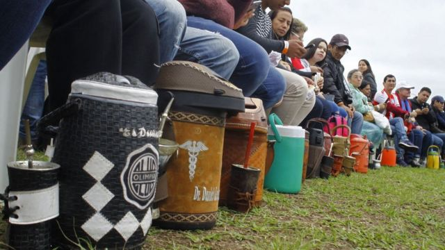 """El 14 de octubre Paraguay obtuvo el récord Guinness a la mayor ronda de """"tereré"""" (mate frío) del mundo, en la que participaron 1.332 personas."""