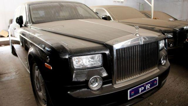 Une Rolls-Royce dans le parking du palais à Banjul