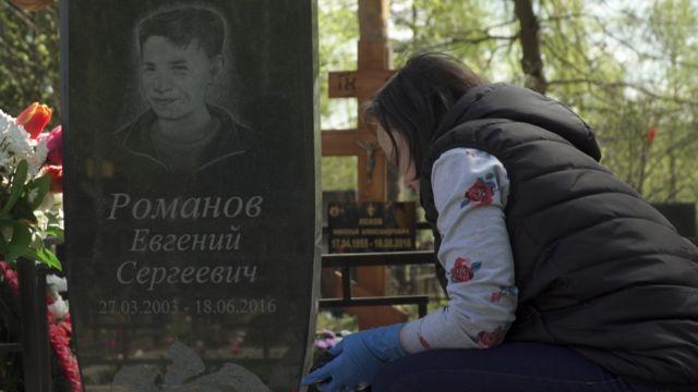 Валентина Романова, мама Жени Романова, на Николо-Архангельском кладбище в Москве.