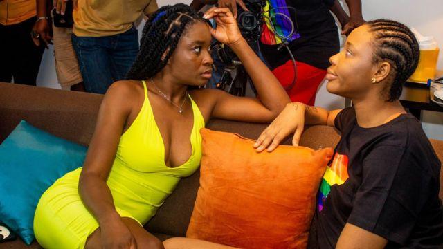 Uzoamaka Aniunoh (G) et Cindy Amadi (D), vues ici sur le plateau, jouent les deux femmes qui tombent amoureuses