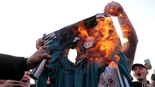 球迷焚燒利物浦球衣。