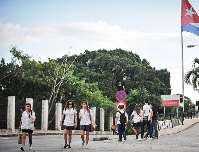 Estudiantes de medicina pasean frente a un hospital de La Habana