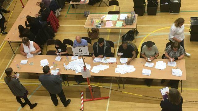 Resultado do plebiscito foi cercado de suspense até a contagem final dos votos