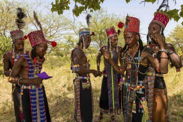 Wani saurayi na taya abokinsa sanya hula