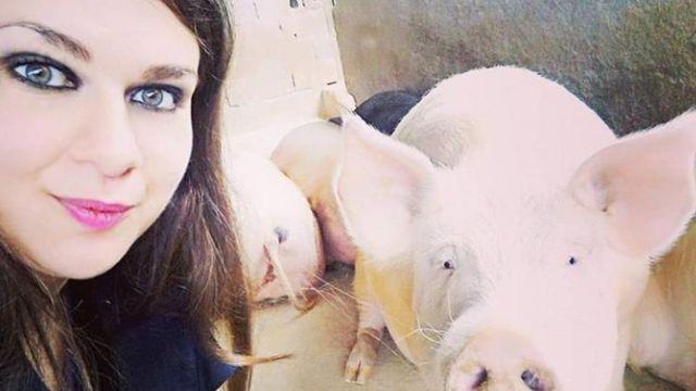 Andressa Ciccone sorri ao tirar selfie ao lado de um porco