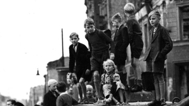 Берлинские дети на подбитом танке
