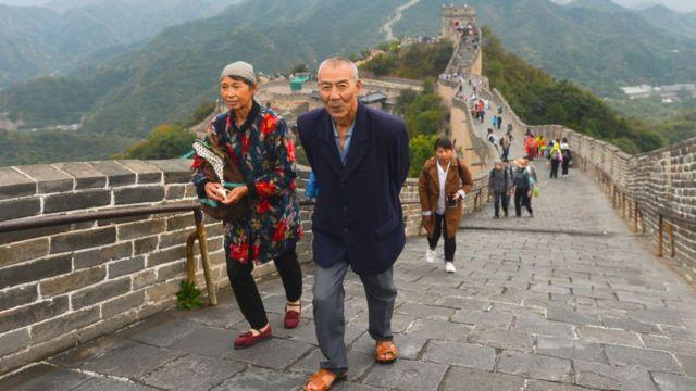 Personas caminan en la Gran Muralla China.