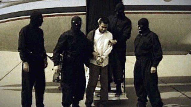 """اعترافات عبدالمالک ریگی چند روز پس از بازداشتش از تلویزیون دولتی ایران پخش شد. اما در خصوص روحالله زم حکومت ایران آنقدر عجله داشت که تنها چند ساعت پس از انتشار خبر دستگیری چند دقیقه از """"اعترافات اجباری"""" او را از تلویزیون پخش کرد"""