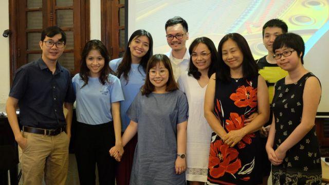 """Nguyễn Khánh Linh (đeo kính, giữa)cùng dàn cố vấn gồm các bác sĩ, tiến sỉ tâm lý của Beautiful Mind VN tổ chức workshop hè 2018 về """"Sống chung với trầm cảm"""""""