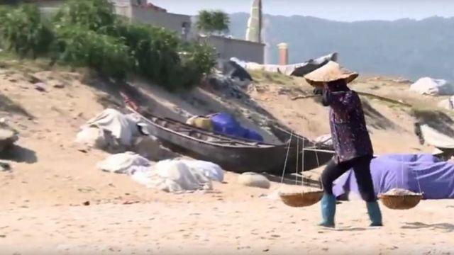 Một trong những điểm nhấn của bộ phim là chia sẻ từ những người dân điạ phương bị ảnh hưởng sau thảm họa cá chết do công ty Formosa gây ra