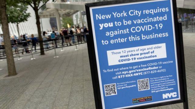 La ciudad de Nueva York ha establecido un mecanismo de pasaportes de vacunas que restringe el acceso a ciertas actividades a las personas no vacunadas.