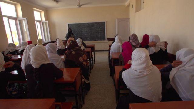 Kız çocukları 1990'lardaki Taliban yönetiminde okula gidemiyordu
