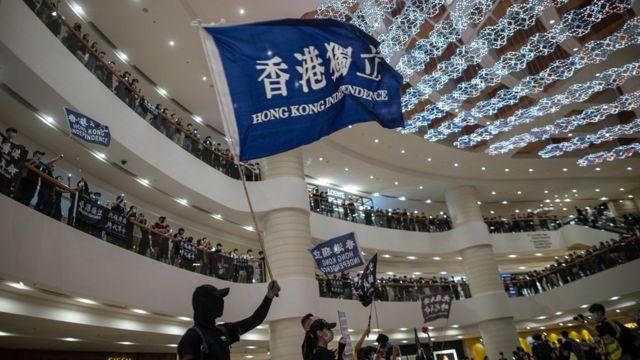 香港金鐘太古廣場內「反送中」示威者揮舞「港獨」旗幟悼念一年前墜樓身亡示威者梁凌杰(15/6/2020)