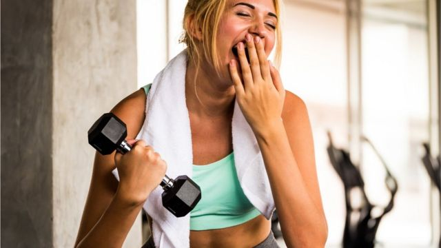 Mujer bostezando en medio de una actividad física