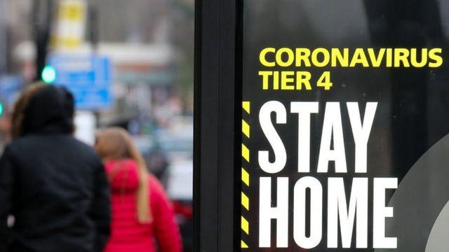 """Letrero que dice """"quédate en casa"""" en Inglaterra."""