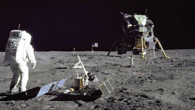 Aldrin desplegando el experimento sísmico en la Luna