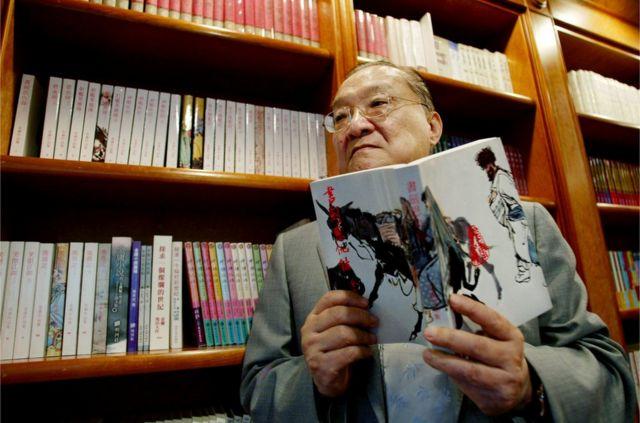 金庸首部作品《書劍恩仇錄》1955年於香港發佈後,作品透過盜版印刷,逐漸流入台灣校園,在戒嚴時期引起國民黨當局側目。