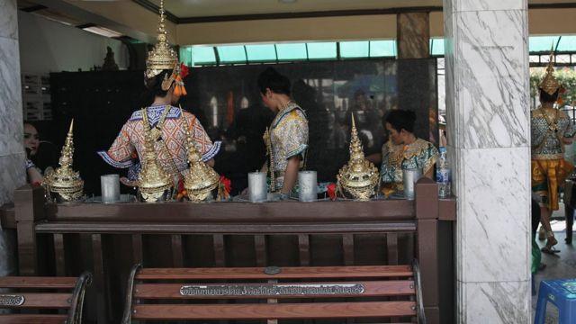 Penari di kuil Erawan tidak sesibuk biasanya.