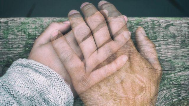 Mano sobre mano pero transparentes