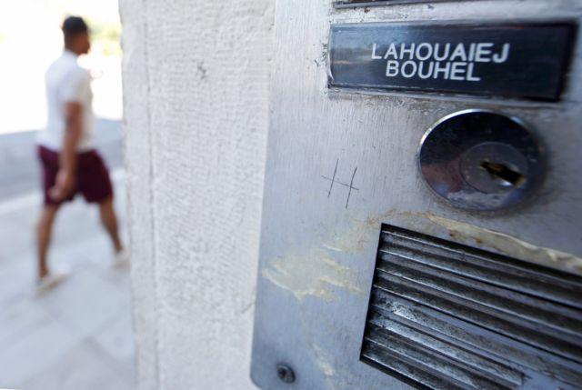 Una placa con el nombre Lahouaiej Bouhlel
