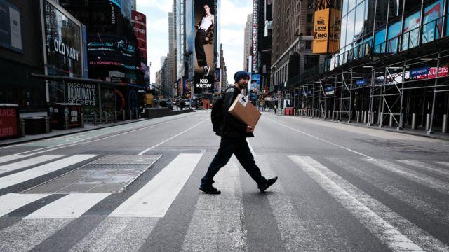 Calles de Manhattan semi desierta por las medidas tomadas para contener el virus.