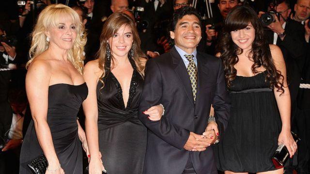 Diego con su exesposa Claudia Villafañe y dos de sus hijas, Dalma y Giannina en 2008.