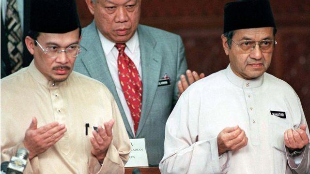 El primer ministro Mahathir durante la presentación de los presupuestos de 1998 en el Parlamento malayo.