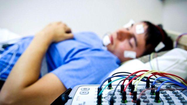 Спать менее семи часов сна в сутки может быть вредно для здоровья