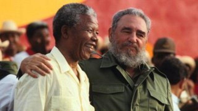 Fidel Castro (D) et Nelson Mandela le 26 juillet 1991