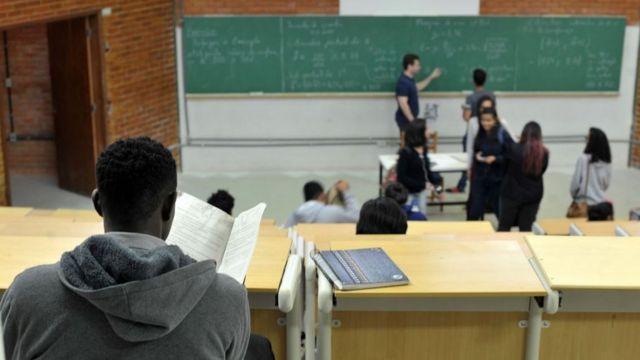 Estudante negro assiste aula na Universidade de Brasília (UnB)