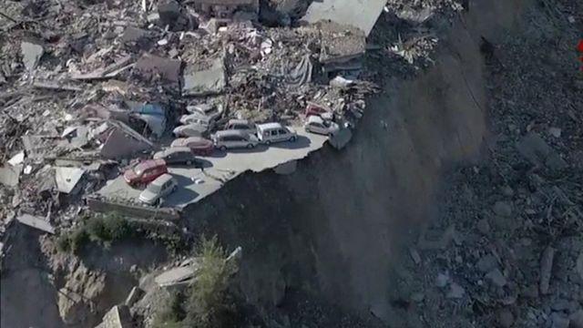 صورة من الجو تظهر آثار الدمار الذي لحق ببعض القرى الإيطالية جراء زلزال الأحد