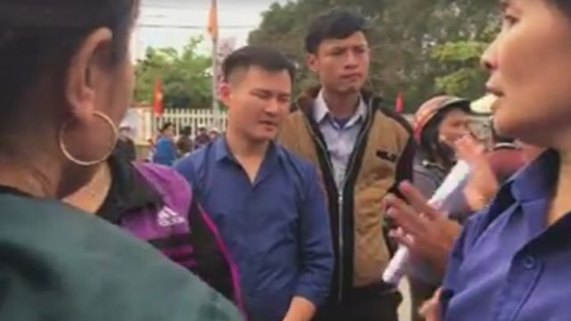 Hình từ video chia sẻ trên Facebook về cảnh tranh cãi giữa dân và quan chức địa phương ở Nghệ An quanh vụ Formosa