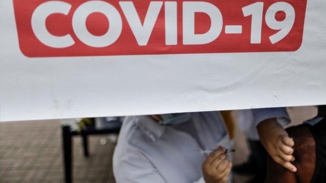 Pessoa é vacinada contra covid-19