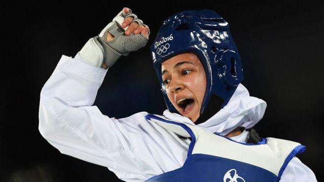 A irariana Rahaleh Asemani se refugiou na Bélgica, onde treina taekwondo e é carteira.