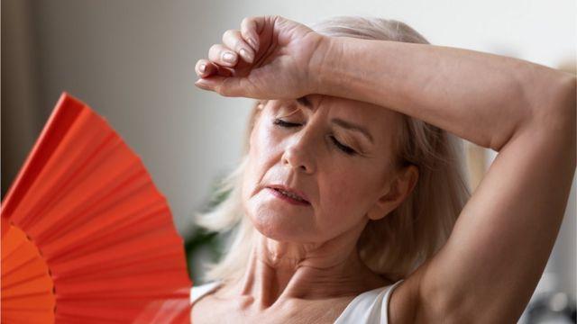 Una mujer sufriendo de desequilibrio hormonal
