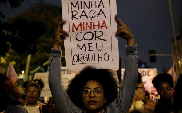 """Sao Paulo kentindeki bir eylemci """"Benim ırkım, benim rengim, benim gururum"""" yazılı bir pankart taşıyordu."""