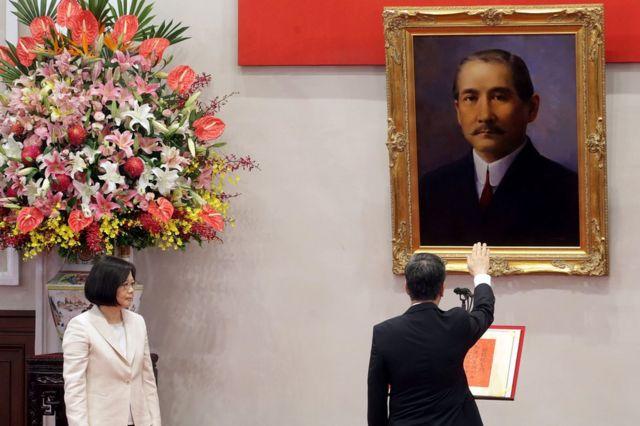 中華民国を成立させた孫文の肖像画の前で宣誓する陳建仁副総統