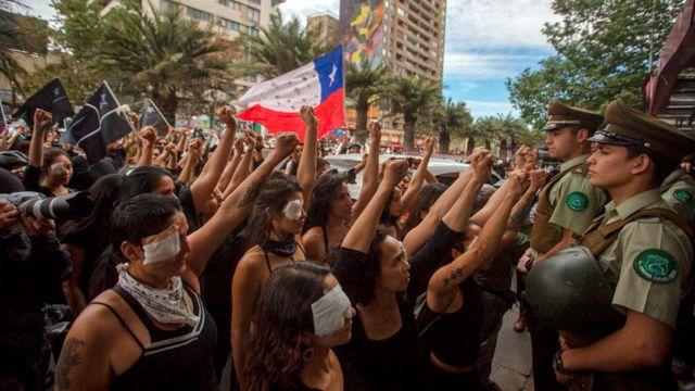 Una protesta contra la violencia policial, frente a carabineros