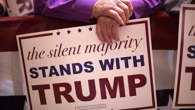 Seguidores esperando al candidato republicano Donald Trump en Burlington, Iowa