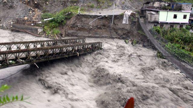 बेनी–जोमसोम सडकअन्तर्गत म्याग्दीको बेनी नगरपालिका–९ गलेश्वर र रघुगङ्गा गाउँपालिका–३ राहुघाटको सिमानास्थित रघुगङ्गा नदीमाथिको बाढीले क्षति पु¥याएको पुल
